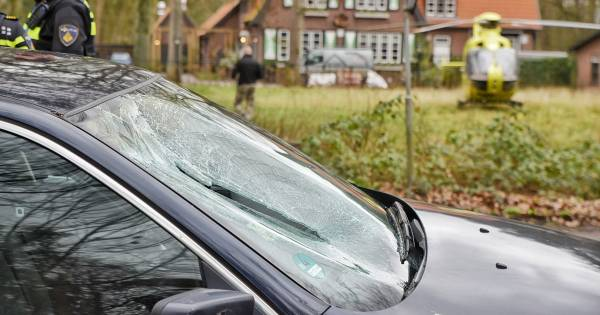 Fietsster ernstig gewond na aanrijding in Oisterwijk, auto laat flink remspoor na.