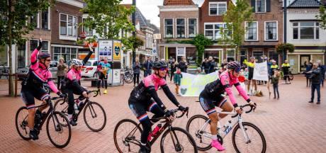 Vrouwen Steenwijker wielerclub rijden monsterrit voor Pink Ribbon