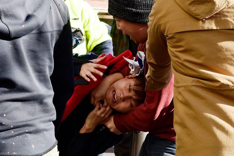 Een pro-democratie demonstrant met een Taiwanese vlag botst met een pro-China demonstrant in Sidney. Beeld EPA