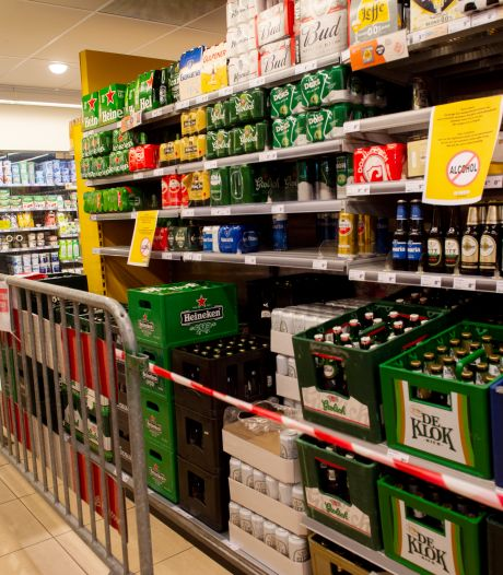 Aanpak alcoholverbod op Veluwe varieert en leidt tot eigenaardige taferelen: dranghekken in Apeldoornse supermarkt