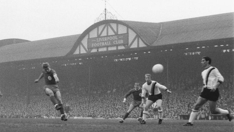 Roger Hunt scoort op Anfield Road voor Liverpool.