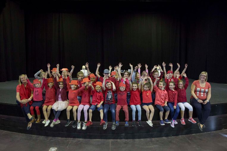 De kinderen kwamen in het rood naar school voor de slotshow.