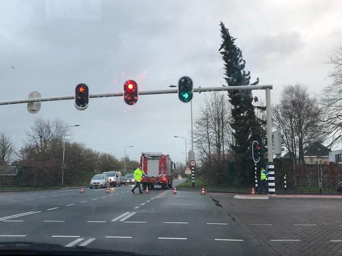 De boom aan de Holkerweg in Nijkerk wordt omgezaagd door de brandweer.