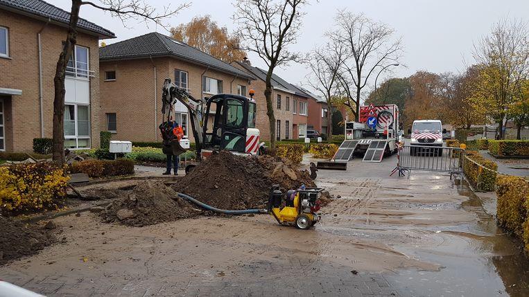 Het waterlek zet de straten Het Blok en Alois Blommaertstraat zonder water.