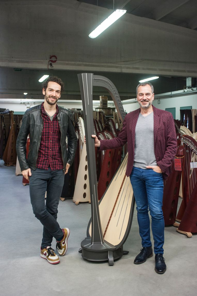 Remy van Kesteren bij Salvi in Noord-Italië om een prototype van zijn harp uit te proberen. Beeld Marta Giaccone