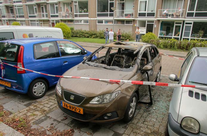 De uitgebrande auto in Dordrecht.