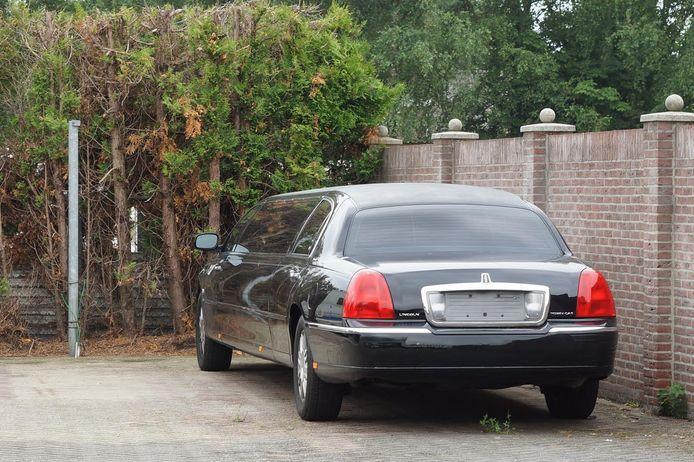 Eén van de in beslag genomen limousines op het terrein aan de Heuvelstraat in Kaatsheuvel.