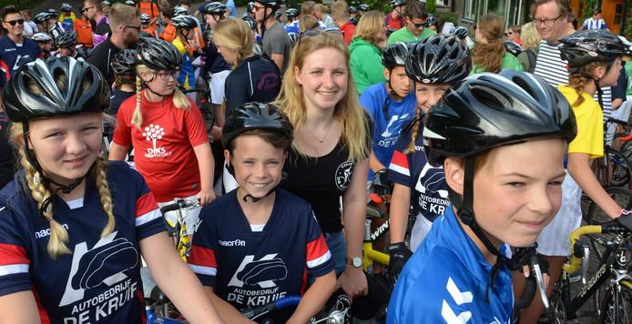 Belle Vulto te midden van jonge renners van Tour de Schalkwijk.