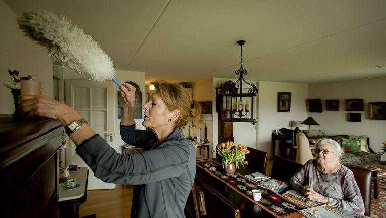 Mensen die zelf niet in staat zijn hun huis schoon te houden, krijgen iemand van een zorgorganisatie over de vloer die daarbij helpt. Beeld anp