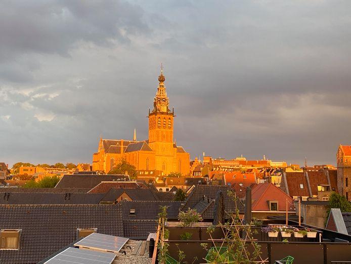 Matthias Meijer fotografeerde een gouden Sint Stevenskerk in Nijmegen vanaf zijn dakterras.