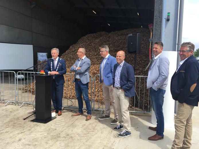 Burgemeester Gerard Rabelink met naast hem (vlnr) de betrokken telers Pleun van Duijn, Dick van Noord en Arnold Groenewegen