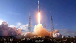 SpaceX lanceert opnieuw Falcon-draagraket met zestig satellieten voor 'Starlink'