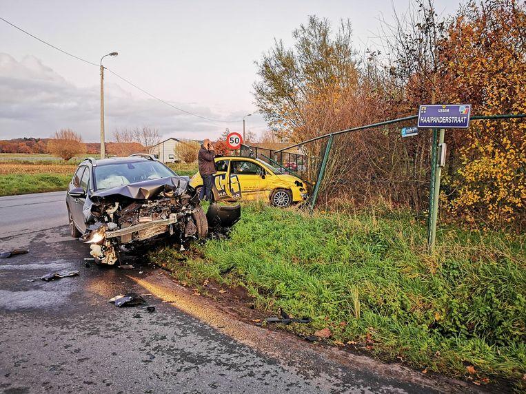 De Peugeot botste in de flank van de gele Fiat 500.