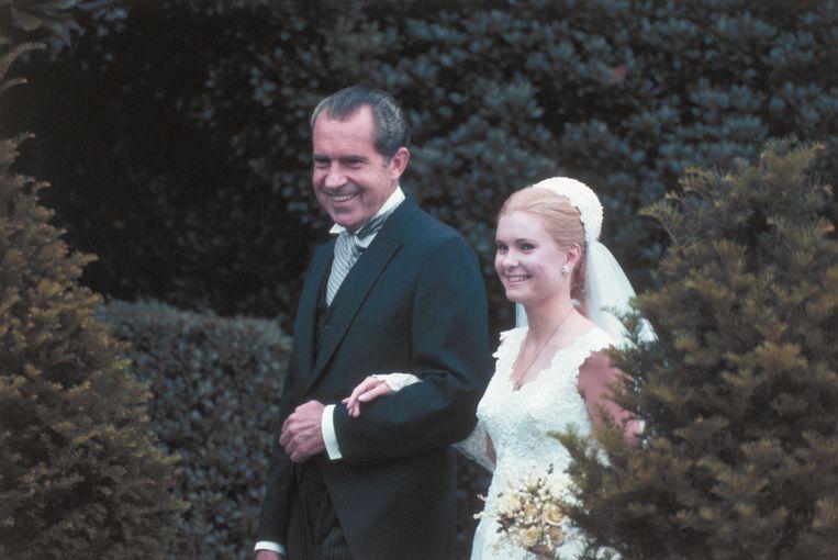President Richard Nixon met zijn dochter Tricia op haar huwelijksdag. Beeld Bettmann Archive / Getty