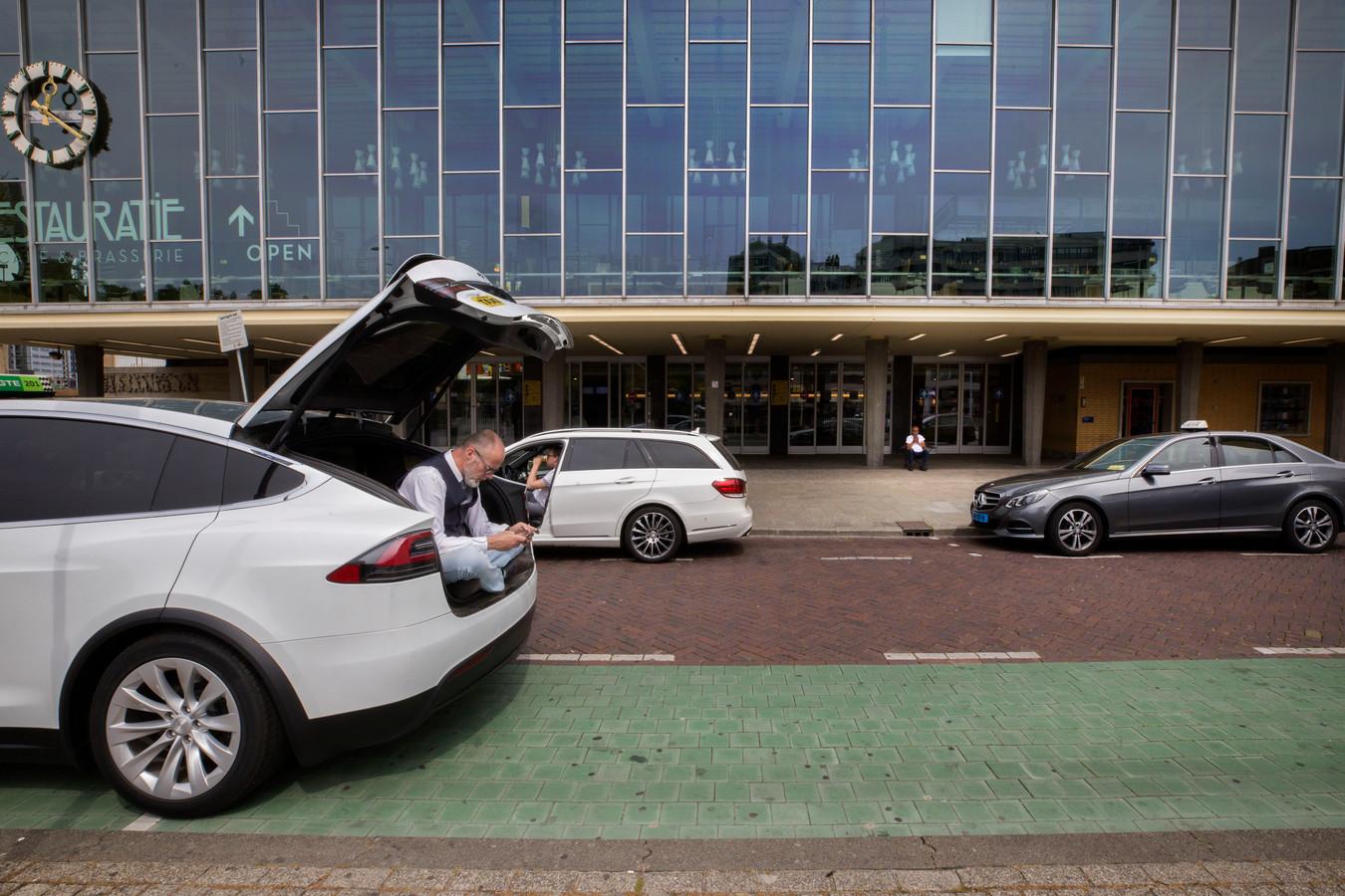 Wachtende taxichauffeurs bij het station in Eindhoven.