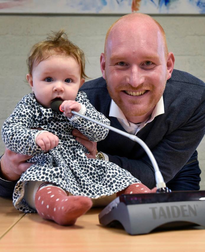 Elias Bom met zijn dochter Olivia, de voornaamste reden dat hij met het raadswerk stopt.