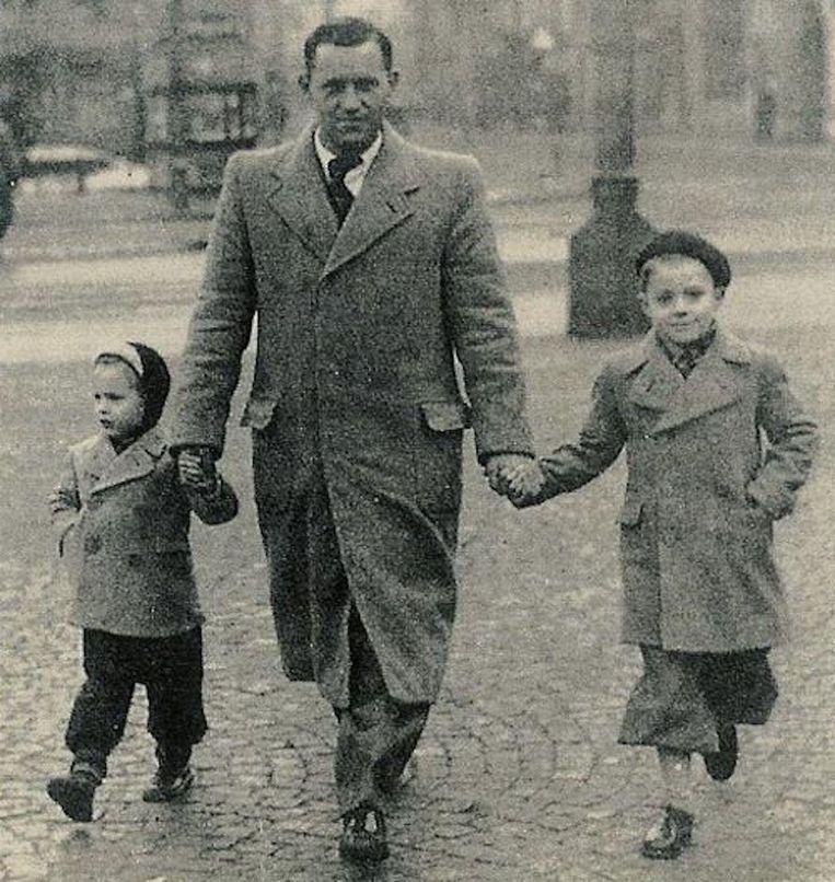 Vader Manus Cruijff wandelt in 1951 met zijn zoons over de Dam. Links Johan, rechts Henny Beeld privécollectie Johan cruijff