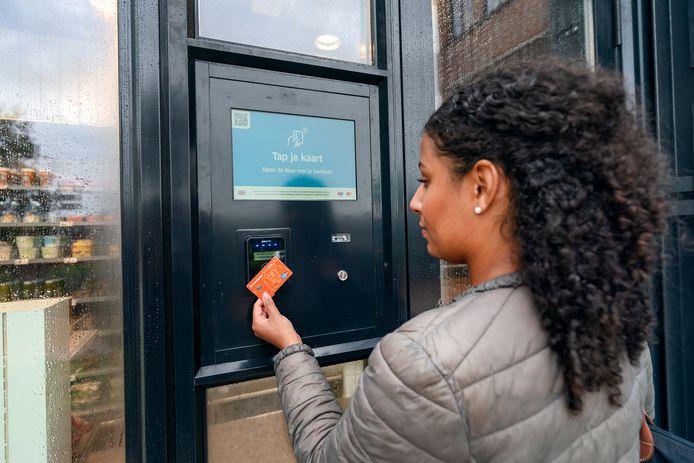 Om de digitale winkel binnen te komen, moet je je betaalkaart voor de deur houden.
