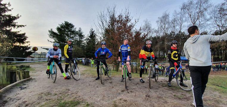 De wielrenners/veldrijders kwamen de leerlingen van Berkenbeek initiatielessen geven.