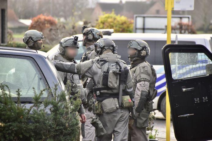 Overleg bij de gespecialiseerde eenheden van de federale gerechtelijke politie, langs de Brugsesteenweg in Pittem.