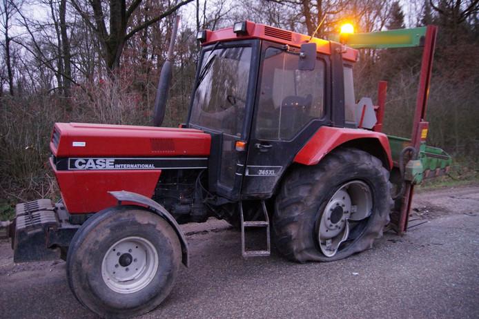 Automobilist botst tegen tractor in Drunen.