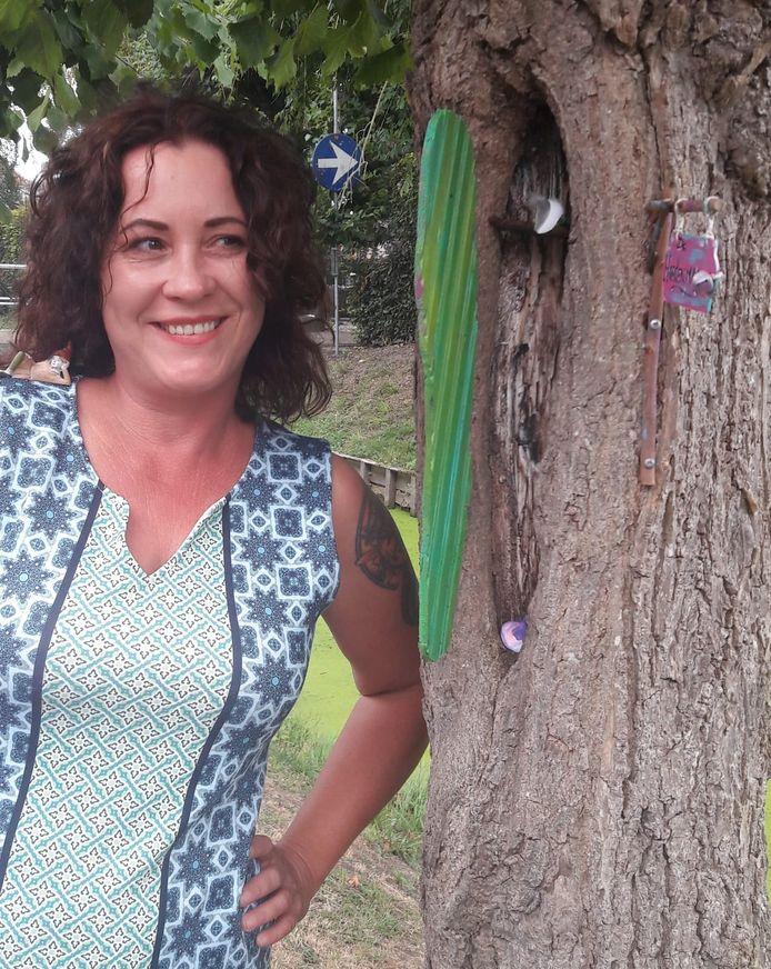 Sylvia de Kok bij een van haar projecten in Willemstad.