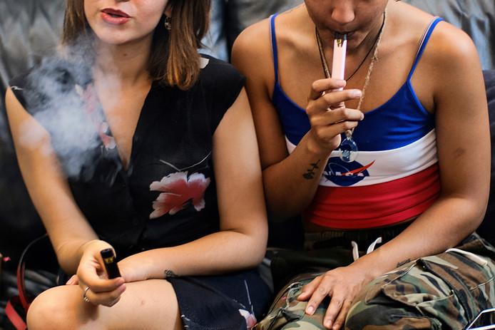 Twee gebruikers vapen THC-producten op een feestje in Los Angeles.