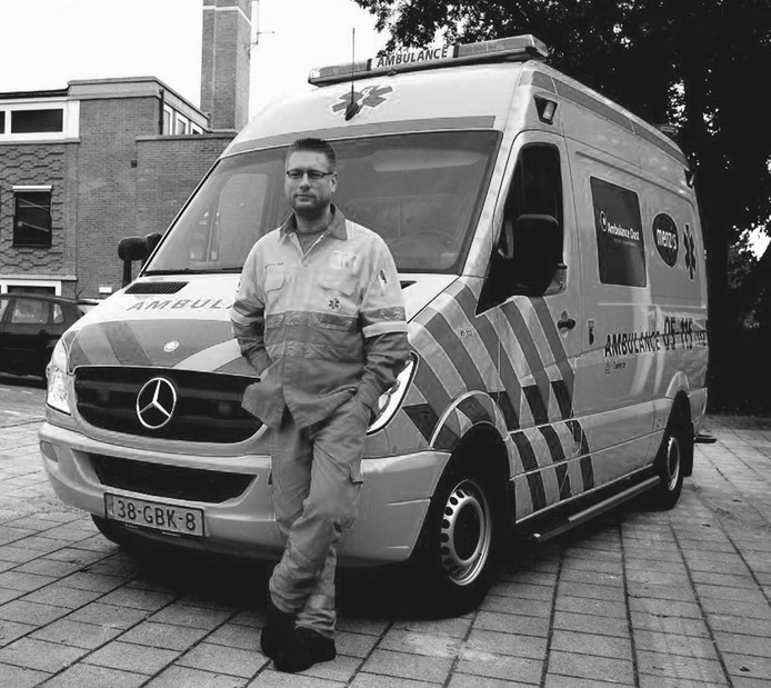 Hij zet akelige aspecten van het werk als ambulancechauffeur van zich af door er thuis met zijn vrouw over te praten.