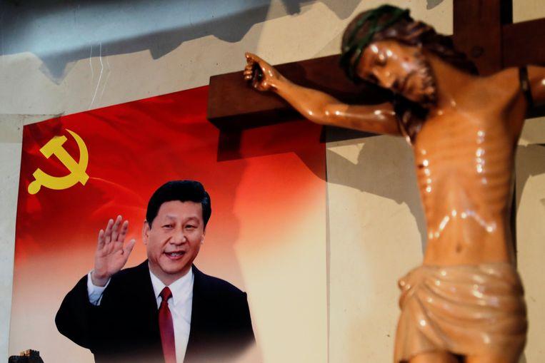 Een poster van de Chinese president Xi in het huis van een Tibetaanse katholiek, 24 december 2018. 'De politieke teugels worden de laatste jaren weer strakker aangetrokken dan ooit – zie ook de persoonsverheerlijking voor Xi, die bijkans die van Mao overtreft.' Beeld null