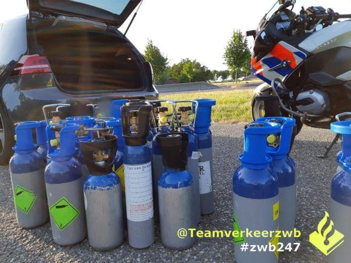 In de auto vond de politie tientallen cilinders met lachgas.