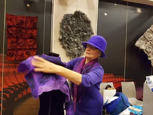 Toos van de Weijgaart, met zelfgemaakte hoed en sjaal, voor haar favoriete werk: de boom van wol.