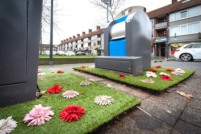 Rondom de containers op het Edisonplein in Breda liggen grasmatten met bloemetjes erop. Op deze manier probeert men te voorkomen dat er afval naast de containers wordt gezet.