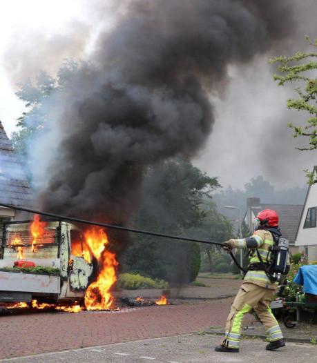 Busje van hovenier brandt uit in Tollebeek