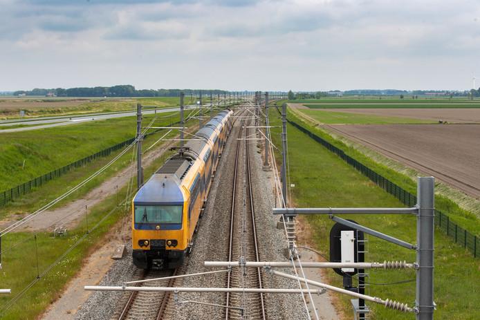 Ter illustratie, trein over de Hanzelijn in de Flevopolder bij Swifterbant.