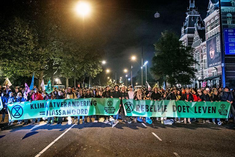 Vanaf de vroege ochtend blokkeerde Extinction Rebellion maandag een stuk van de Stadhouderskade in Amsterdam. Beeld  Guus Dubbelman / de Volkskrant