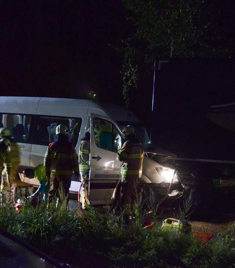 Taxichauffeuse gewond bij botsing met aanhanger in Ede