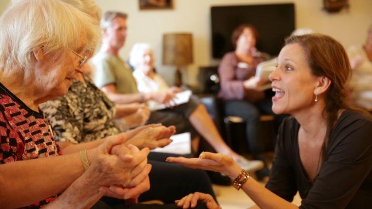 Maartje de Lint, ouderen met dementie en hun mantelzorgers zingen samen in Heiloo, eveneens voordat de coronamaatregelen van kracht werden. Beeld Corné Houwaard