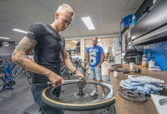 Davey Jansen sleutelt aan het achterwiel van Jeroen Verheule uit Wolphaartsdijk (achtergrond).