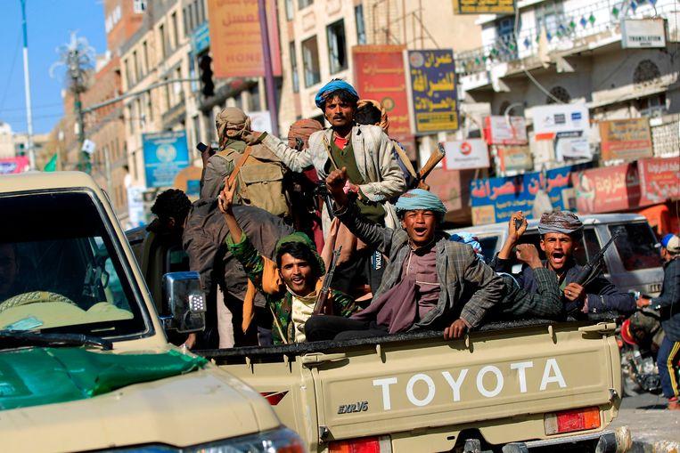 Houthi-rebellen juichen terwijl ze in de buurt van het huis van ex-president Saleh rijden. Beeld AFP