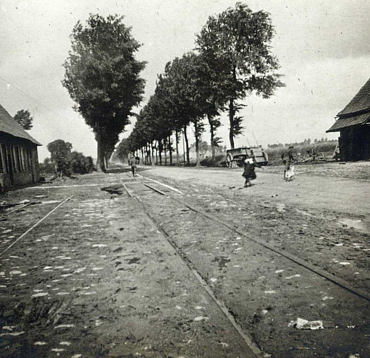 Oostvleteren anno 1919. De stukgeschoten weg tussen Veurne en Ieper, waar de renners langs kwamen.