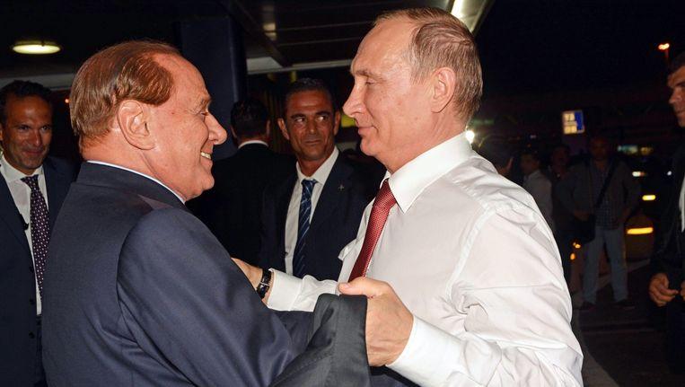 De korte ontmoeting tussen de Russische premier Poetin en de Italiaanse politicus Silvio Berlusconi op het vliegveld van Rome. Beeld epa
