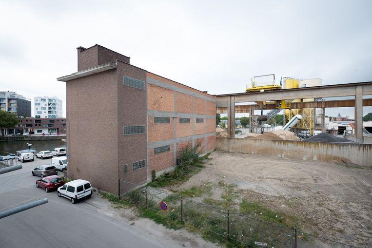 Betoncentrale Inter-Beton. Deze week wordt gestart met de afbraak met een van de witte loodsen.