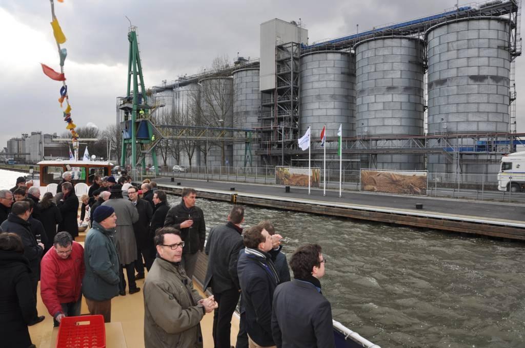Met de vier nieuwe silo's beschikt Cargill er nu over negen. Er werden vlaggen gehesen om de ingebruikname te vieren. foto Adri van de Wege