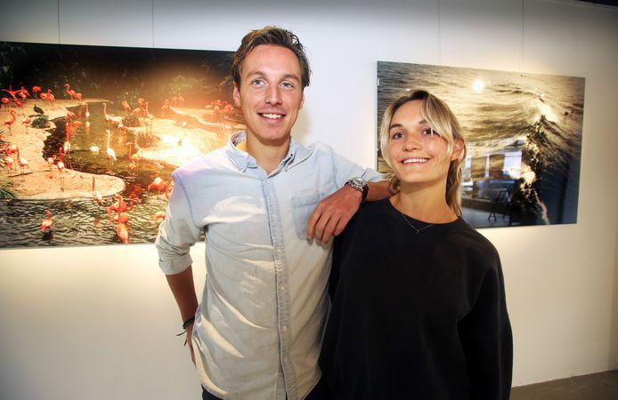 Niels van Pelt heeft toch nog tijd voor vriendin Frederike Andrée Wiltens. Hier staan ze in wandkunst-winkel The Heed.