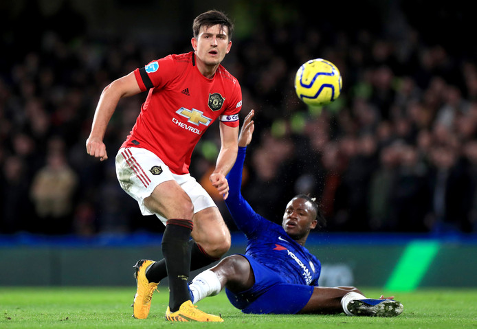 Harry Maguire (l) in duel met Michy Batshuayi