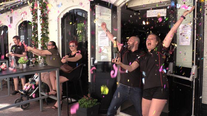 Eigenaren Joshua van Rootseler en Marije Polman van dartcafé Dubbel10 in Arnhem vieren de heropening met oliebollen, champagne en confetti.