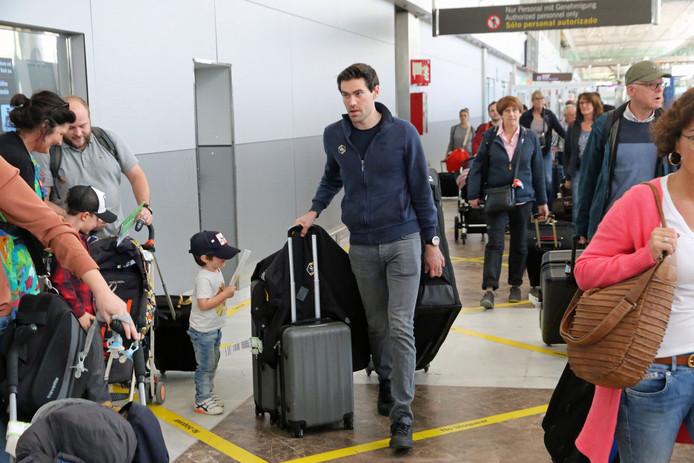 Tom Dumoulin bij zijn aankomst op het vliegveld van Tenerife voor een hoogtestage.