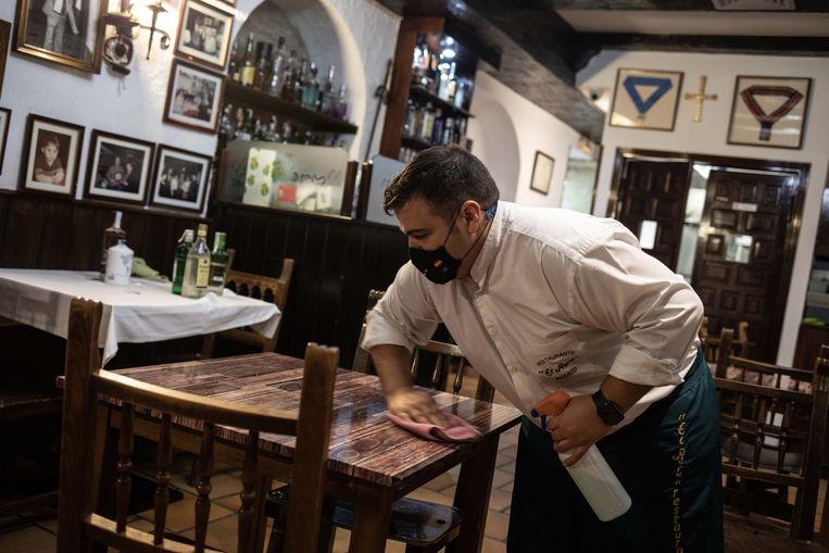Na een lange avond worden de tafels schoongemaakt (met desinfectiemiddel uiteraard). Beeld Cesar Dezfuli