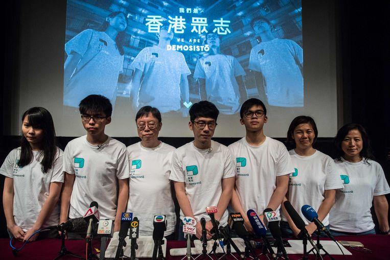 Archieffoto. De leiders van de Hongkongse oppositiepartij Demosisto bij de introductie van de nieuwe partij. Vlnr. Agnes Chow, Joshua Wong, Shu Kei, Nathan Law, Oscar Lai, Fermi Wong en  Ng Mei-lan.