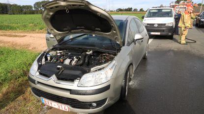 Kortsluiting onder motorkap veroorzaakt autobrandje